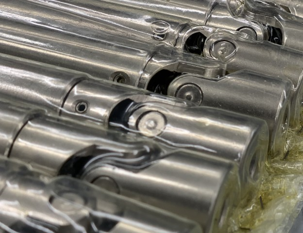 Telescopic universal joints packed in oil
